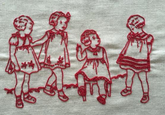 Frise Petites Filles sur un Tabouret
