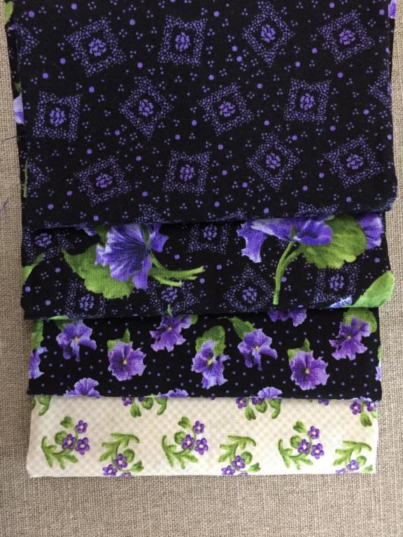 Lot de 4 Coupons de Tissus Petites Violettes 45x55cm