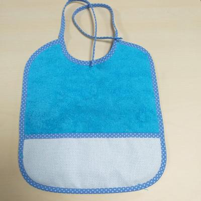 Bavoir Bébé Bleu avec liseret  à pois et poche Aida 5 pts