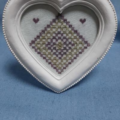 Cadre coeur hardanger Blanc irisé + parme