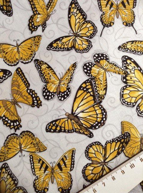 Tissu patch papillon sur fond gris 1